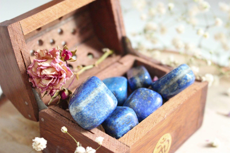Pierre précieuse de Lapis-Lazuli. Rose Blomming Mind