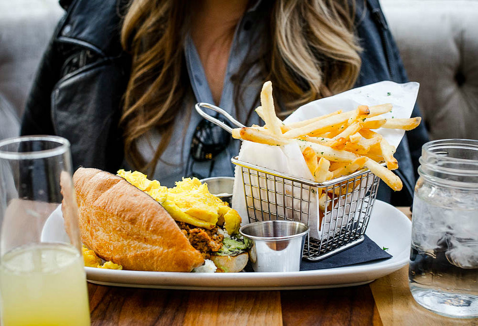 Townhouse-detroit-rosecitystyeguide-city-guide-brunch-mimosa-ray-ban-aviators-truffle-fries