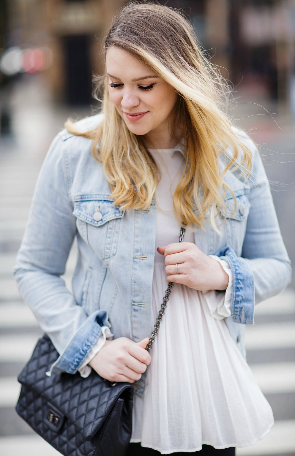 MATERNITY-STYLE-FASHION-PREGNANCY-ROSECITYSTYLEGUIDE-CANADIAN-BLOGGER-JEAN-JACKET-SNEAKERS-DETROIT-1