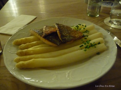 Fish on a bed of Weiss Spargel Augustiner am Dom