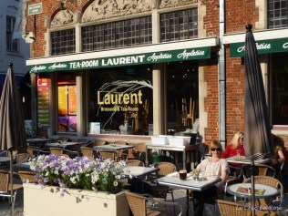 Le Chic En Rose relaxing in a cafe in Bruges