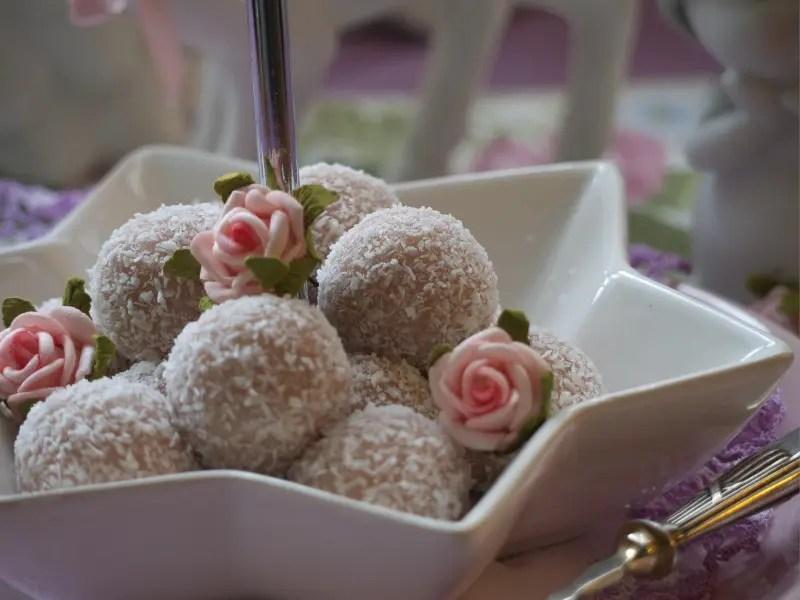 Nahaufnahme Rosen-Kokos-Bällchen rosen essen