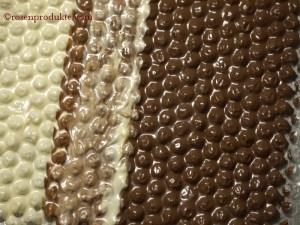 Noppenfolie bestrichen mit dunkler und weisser Schokolade Nahaufnahme