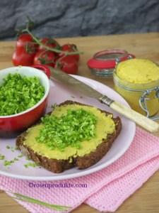 Brot mit Mango-Senf-Butter und Schnittlauch