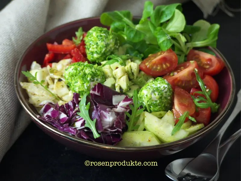 Salatschüssel mit Frischkäsebällchen Salatsosse selber machen