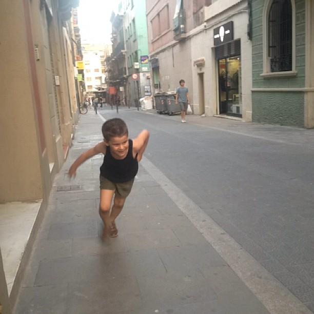juanito hijo de roser amills corre por la calle