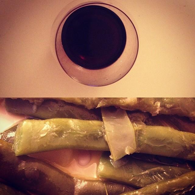 cena frugal judias verdes hervidas y vino tinto