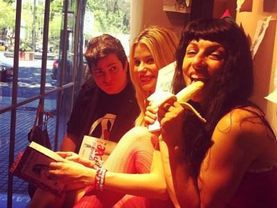 Escaparate de La Mallorquina me comí un plátano a media mañana ;)) Con Maria Lapiedra y Txus Garcia