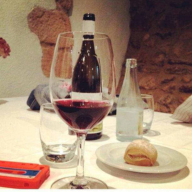 cena frugal judias verdes hervidas y vino tinto roser amills y victor amela