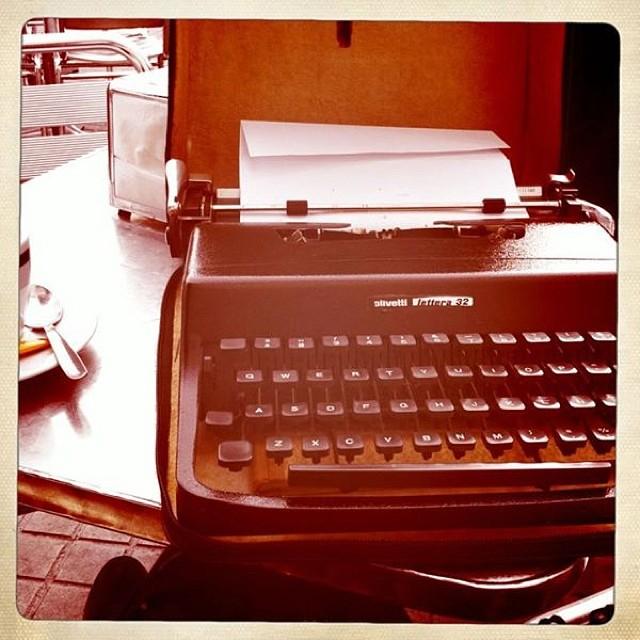 maquina de escribir de roser amills en el zurich de barcelona
