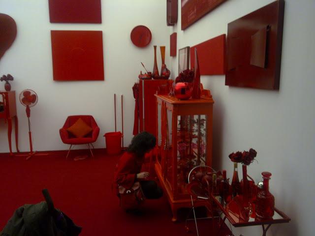 roser amills en una habitacion en la que todo es de color rojo