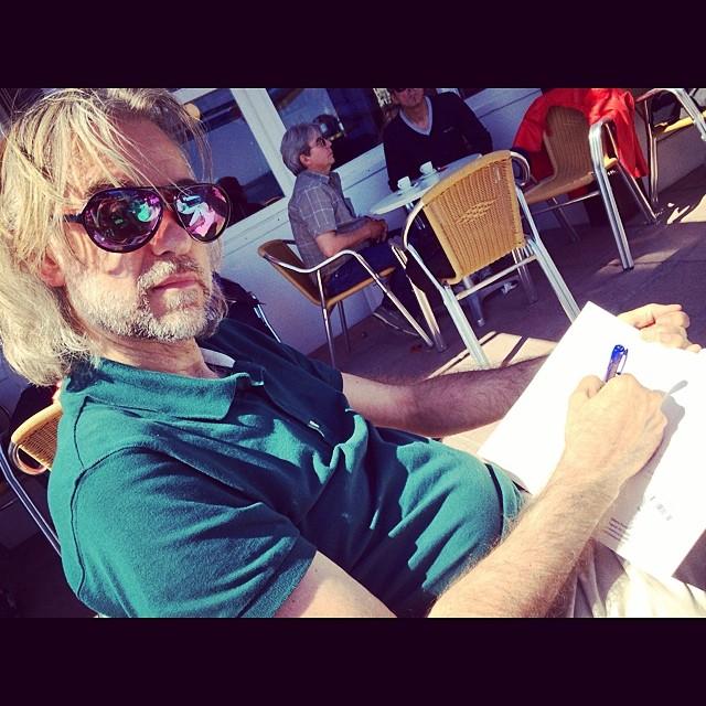 Mi hombre prepara entrevista al gran gran artista #ultralocal Antoni Pitxot. Yo... disfruto :))
