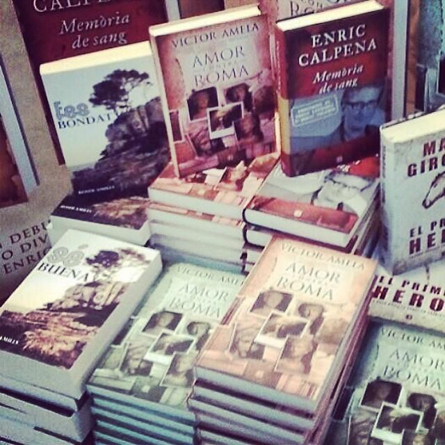 pila de libros de roser amills y victor amela libreria