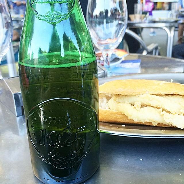 cerveza y bocadillo de calamares en madrid