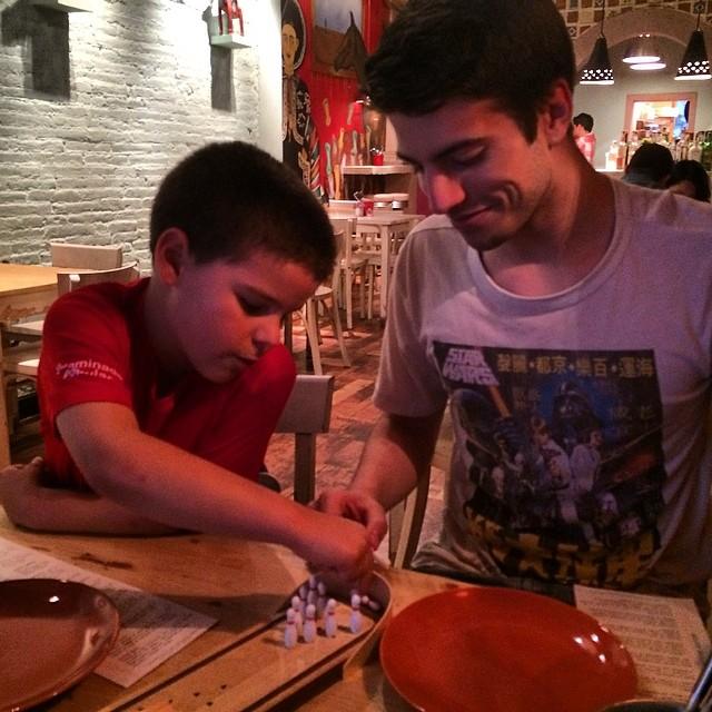 hijos de roser amills en el restaurante mexicano