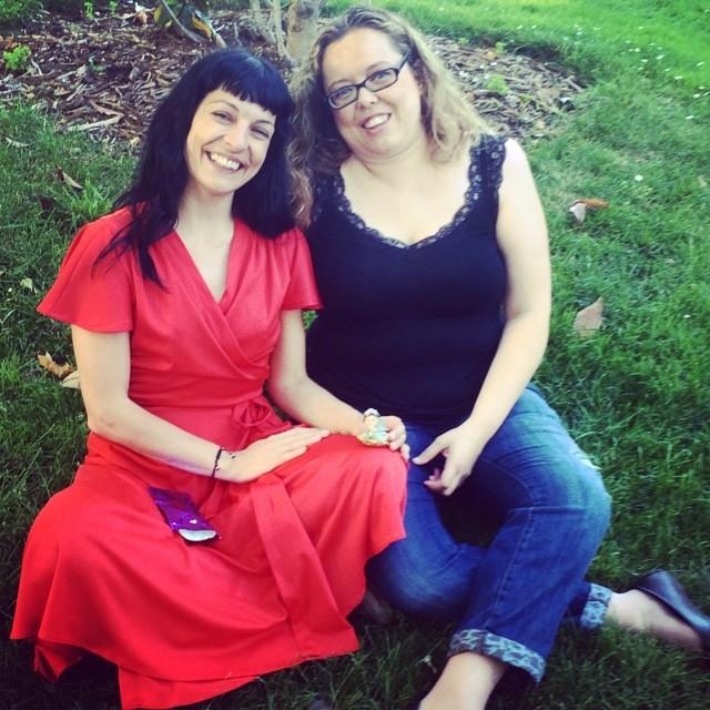 roser amills con bloguera madrid vestido rojo