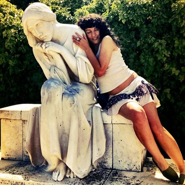 roser amills con estatua