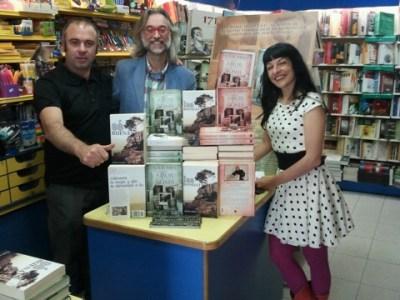 Diario de Teruel | Víctor Amela y Roser Amills firmaron libros en librería Serret de Valderrobres