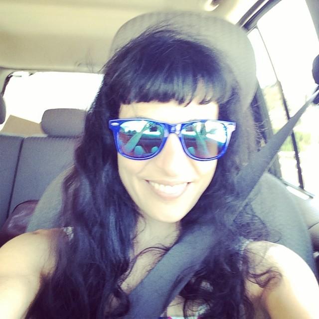 roser amills selfie en el coche cinturon de seguridad gafas de sol