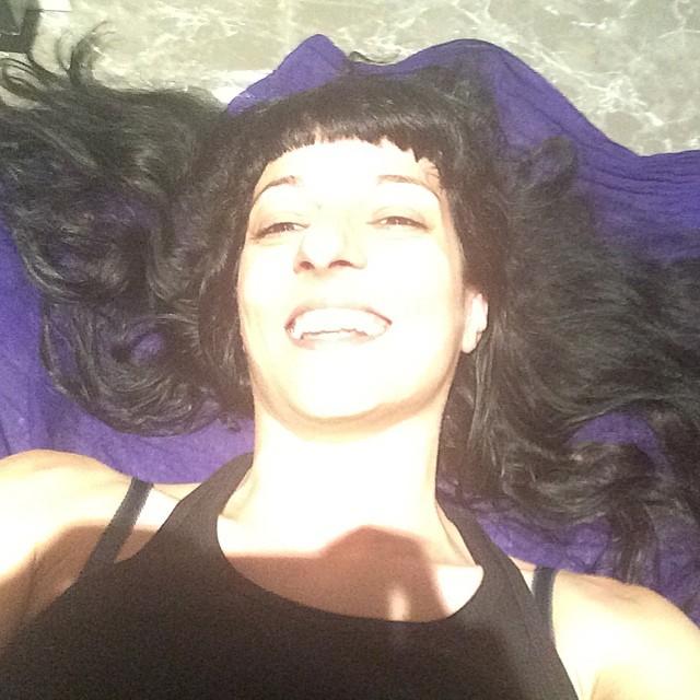 roser amills tumbada en el suelo pelo revuelto