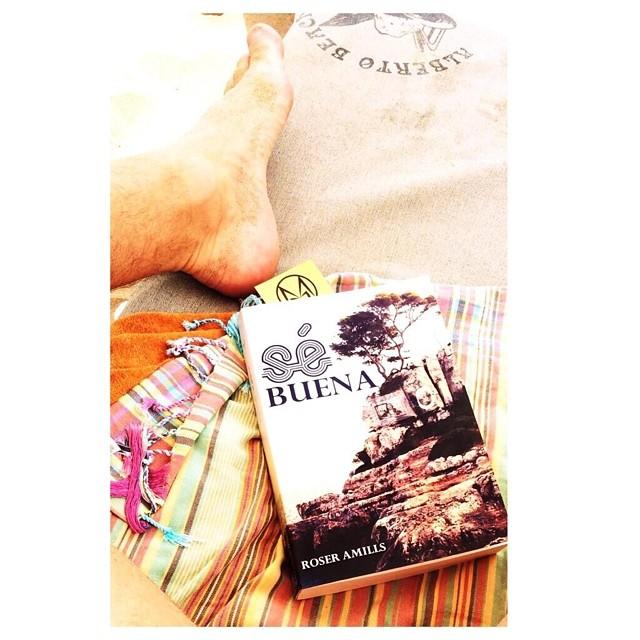 se buena de roser amills en la toalla de un lector en la playa