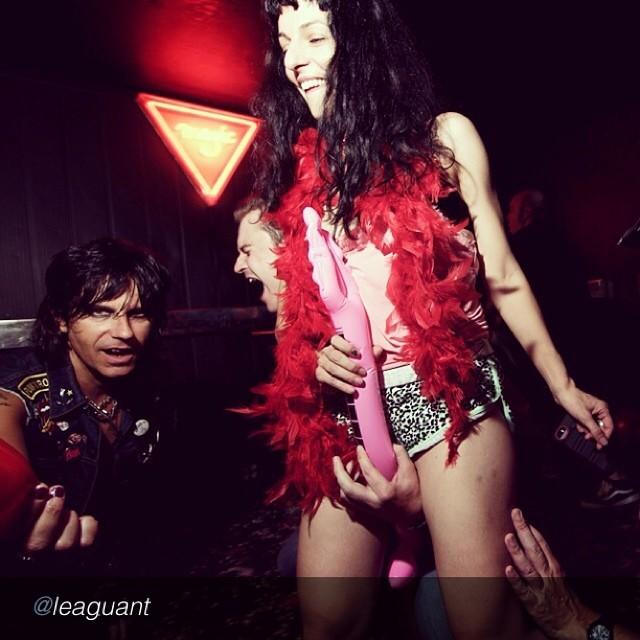 roser amills boa de plumas rojas escenario de la discoteca magic barcelona