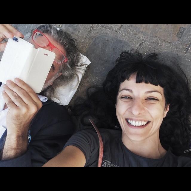 pareja roser amills y victor amela tumbados en el suelo viaje a chartres