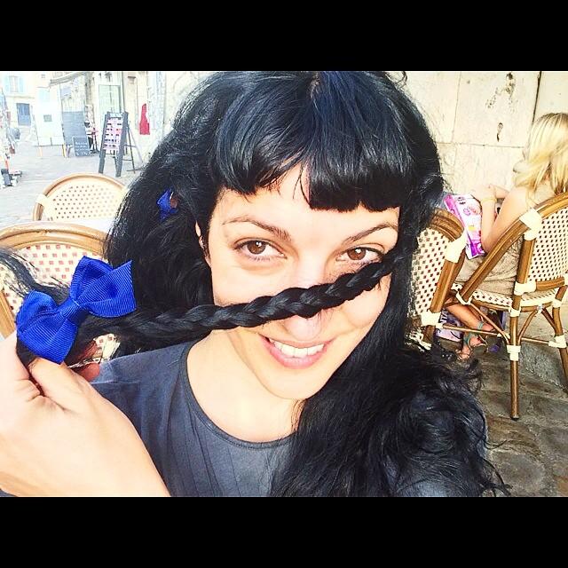 roser amills trenza lazo azul chartres foto de victor amela