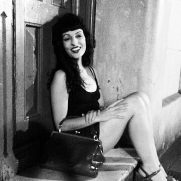 roser amills homenaje marilyn foto blanco y negro en la calle