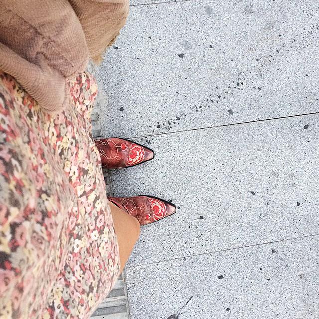 botas rojas camperas de roser amills selfie