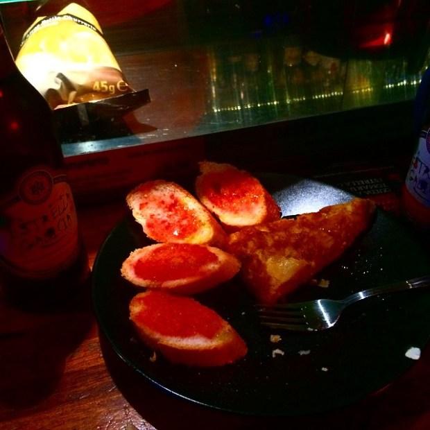 pincho de tortilla en el otro bar de barcelona