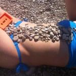 roser amills bikini azul playa portbou