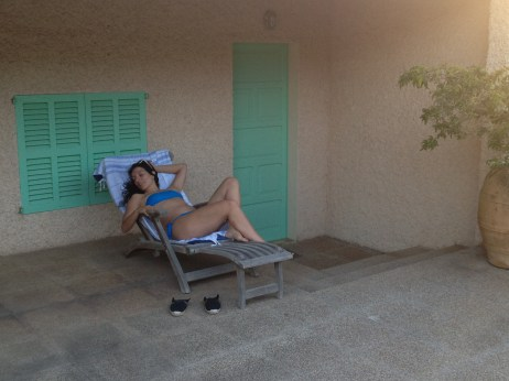 roser amills bikini azul tumbona