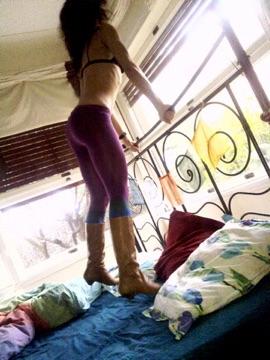 roser amills con botas saltando sobre la cama