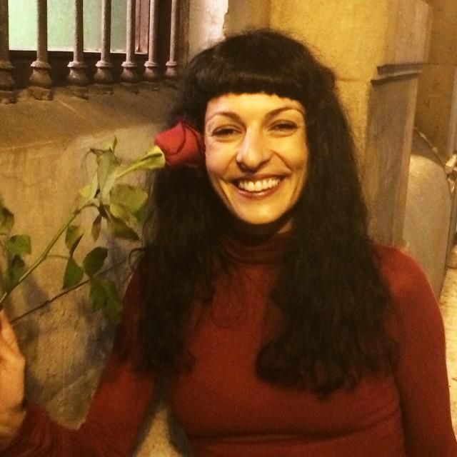 roser amills con una rosa en el otro bar
