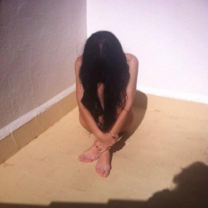 roser amills desnuda sentada al sol melena