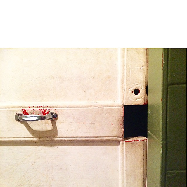 """Lo de """"el ojo de la cerradura"""" no es esto del lavabo de La Cigale, verdad? ;))"""