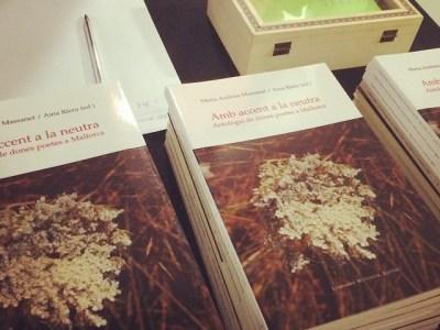 Ja teniu es vostro exemplar de s'antologia #ambaccentalaneutra? Dones poetes mallorquines :))