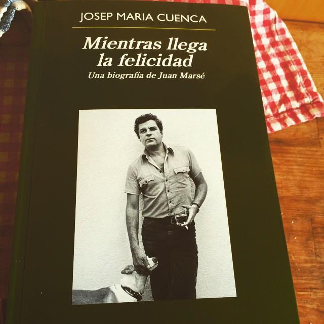 Deliciosa lectura: un escritor valiente #juanmarse #anagrama #biografia Mientras llega la felicidad