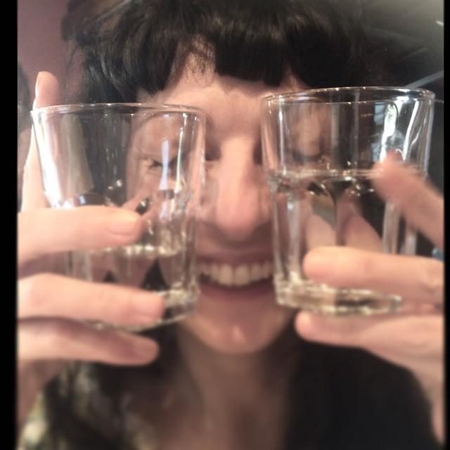 Hoy vamos a hacer magia: qué os parece si convertimos el agua en vino? ;)) #abadalvisita #femruralia #vinstagram #magia #bondia