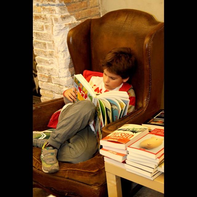 Gran foto de Josep Ramon Guillén de mi hijo leyendo en @lacalders ;))