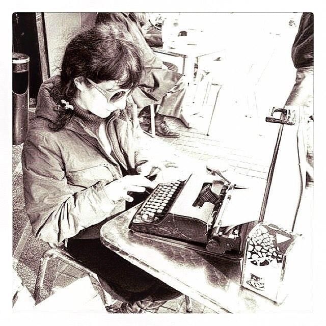 Escribo y escribo para poder regalaros una bonita nueva novela muy pronto. Con amor, me encierro.