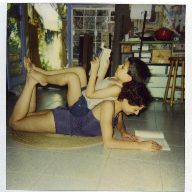 Roser Amills leyendo con su hijo Marcel Manzanares