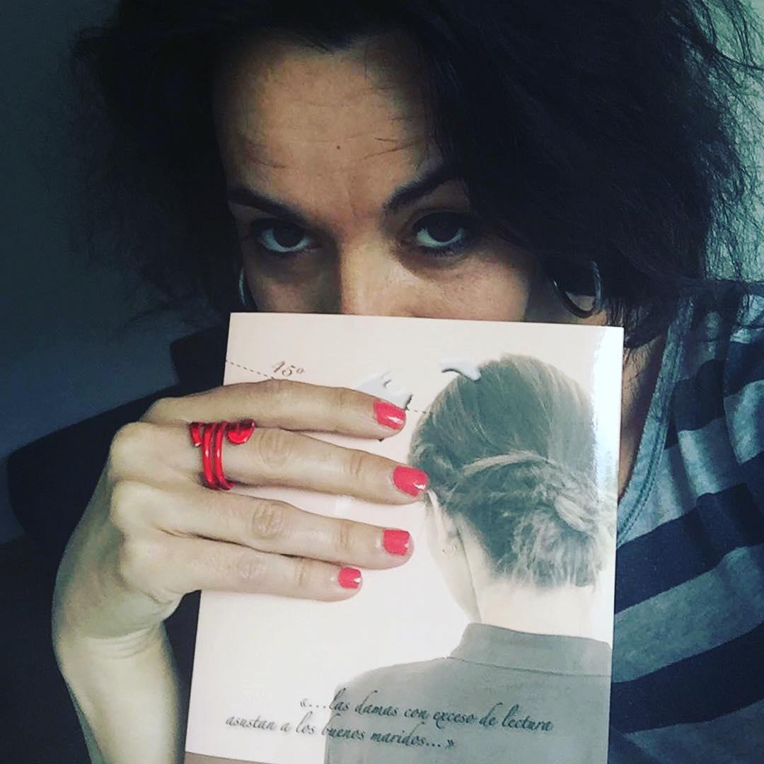 Gràcies @nuribb・・・Qualsevol dia i moment, es perfecte per començar a alimentar-se de les primeres paraules i linees d'un nou llibre... En aquest cas de @roseramills  Bon dia !!!!! Buenos dias, goodmorning, bonjour