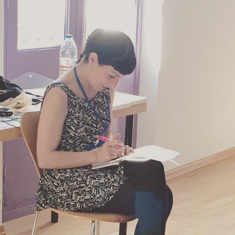 Así de concentrada revisaba notas ayer durante mi taller de #literaturaerotica de la #jornadaorgasmefemeni ;))