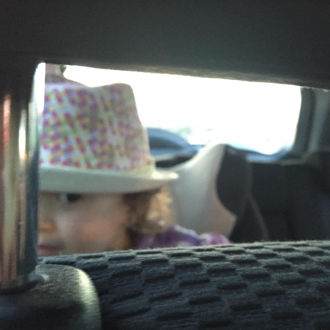 Hay una niña maravillosa que me mira ;))