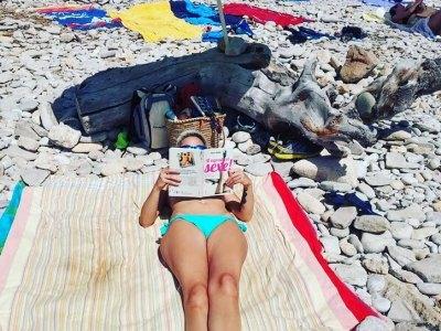 Diu @ainaferrerorocher: Grans lectures d'estiu, de sa mà de @roseramills 🏊☀😎📖 #magradaelsexe  #igers #igersbalears #igersmallorca #illesbalears #ilovemallorca #calafiguera #relax #peace #reading #book #beach #girl #inked #sun #holiday #mallorca #feet #peus #people