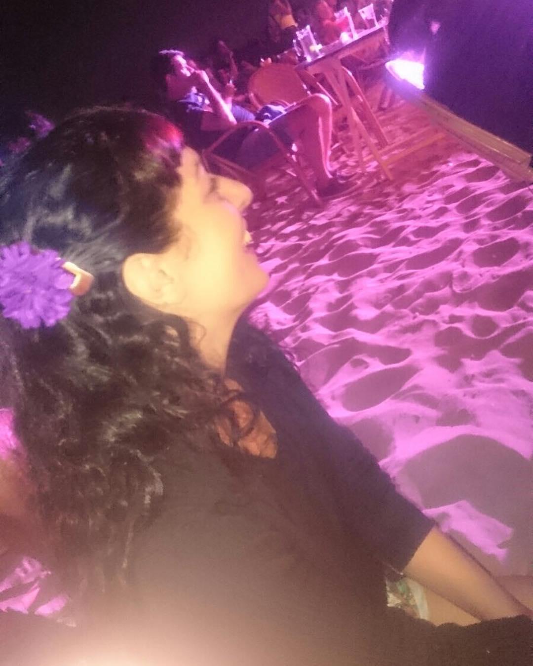 Sin filtros, retrato de @marco_blued en la playa, a juego con mi flor ;))