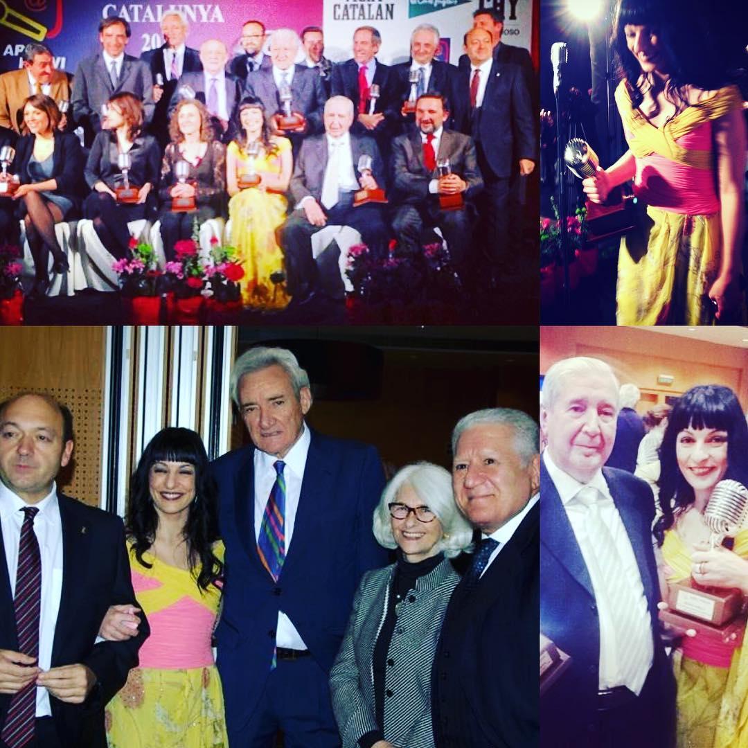 Él, Víctor Amela, galán, ella, Nieves Herrero, entusiasmada con su Micrófono 2012 (ya tiene unos cuantos ;))