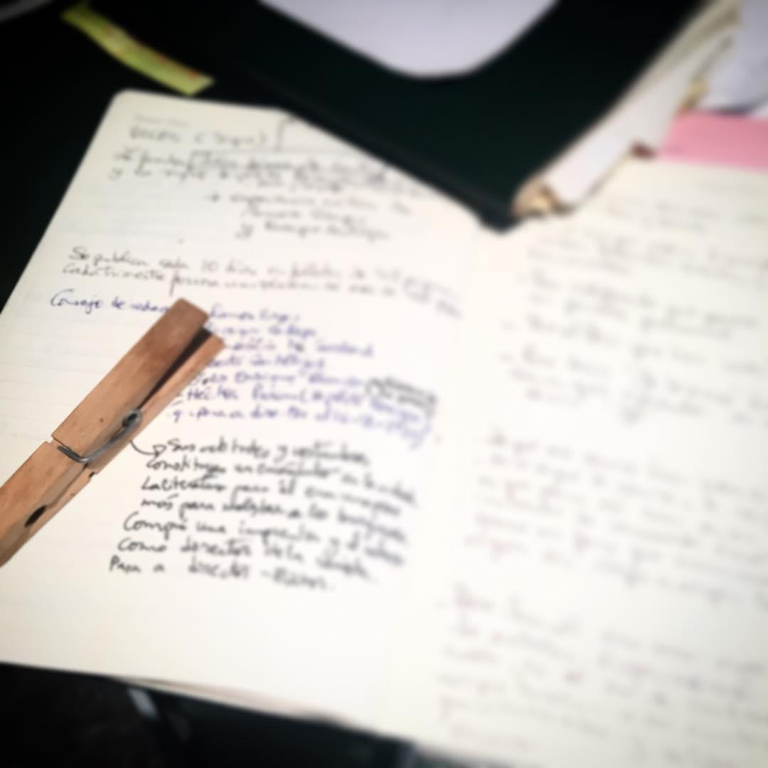 """Os presento """"la pinza de escribir"""", lleva meses conmigo #novela2017 #megustaescribir #megustastú :))"""